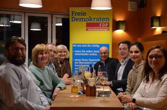 Für die FDP ist der Nürburgring immer Thema, hier bei einem Stammtisch in Adenau kurz vor Ausbruch der Corona-Krise