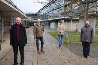 Die FDP-Vertreter im Kreis machen sich schon seit langem für die Digitalisierung von Schulen stark. Hier vor dem PJG (von links) Ulrich van Bebber, Dominik Graf von Spee, Christina Steinhausen und David Jacobs