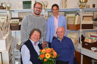 Annemarie Müller-Feldmann freut sich über die Glückwünsche zu Ihrem 92. Geburtstag, die die Vertreter der FDP (von links) David Jacobs, Christina Steinhausen und Ulrich van Bebber überbringen.