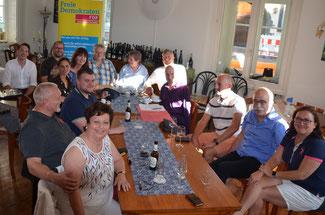 Die neu gewählten Ratsvertreter der FDP diskutieren, was in den nächsten Jahren an Projekten ansteht.