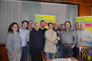 Christina Steinhausen, Spitzenkandidatin der FDP zum Kreistag, gratuliert dem Spitzenkandidaten der FDP für den Verbandsgemeinderat Brohltal, Dr. Frank Tuchtenhagen (3. von rechts).
