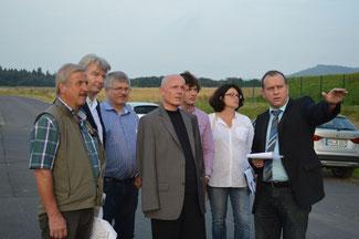Verbandsbürgermeister Johannes Bell (rechts) zeigt den FDP-Vertretern (von links: Rudi Josten, Hellmut Meinhof, David Kössendrup, Ulrich van Bebber, Stephan Kirchhartz, Brigitte Schmickler) die Erweiterungszonen im Industriegebiet Brohltal Ost.