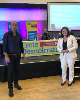 Sandra Weeser MdB (rechts) gehörte nach Ulrich van Bebber (Mitte im Hintergrund), der die Wahlen geleitet hatte, zu den ersten Gratulanten des frisch gekürten Landtagskandidaten Wolfgang Reuss.