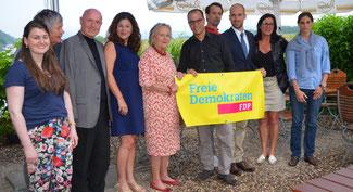 Dr. Peter Flies (5. von rechts), Jasmin Wexeler (links) und Philipp Preuß (3. von rechts) bilden den neuen Vorstand der Remagener FDP