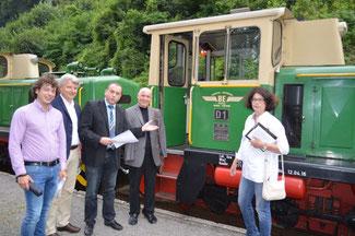 Verbandsbürgermeister Johannes Bell (Mitte) erläutert den FDP-Mitgliedern des Kreisvorstandes (von rechts) Brigitte Schmickler, Ulrich van Bebber, Hellmut Meinhof und Stephan Kirchharz das Konzept der Brohltalbahn.