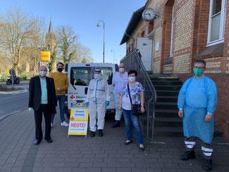 Vor der DRK-Teststation in Bad Breisig (von links) Ulrich van Bebber, Martin Thormann, Birgit Cremer, René Cremer, Doris Herminghaus und Oliver Watschounek