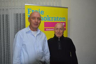 Der FDP-Kreisvorsitzende Ulrich van Bebber (rechts) gratuliert Wolfgang Reuß zur Wahl zum Vorsitzenden der FDP Grafschaft