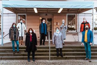 """Vor dem Remagener Rathaus trafen sich die Liberalen (von links: Rosa Maria Müller, Christina Steinhausen, Sandra Weeser, Ulrich van Bebber und Martin Thormann (rechts) mit der Vorsitzenden des Vereins """"Remagen mag ich"""", Petra Pellenz. Bild: HagenHoppe"""