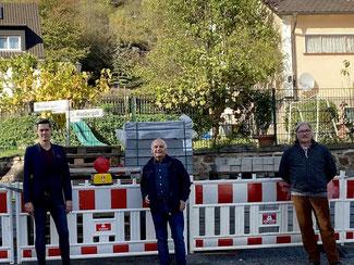 """Der Vorstand der FDP Altenahr vertreten durch André Nursinski-Stolberg (links), Berthold Phiesel (mitte) und Karl-Heinz-Kreuzberg diskutiert Straßenausbaubeiträge am Vorhaben """"Pützgasse/Weinbergstraße"""""""