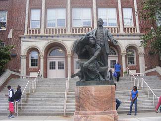 Памятник Букеру Вашингтону перед школой, носящей его имя, в Атланте