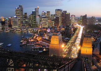 die Lichter von Sydney begannen immer intensiver zu strahlen