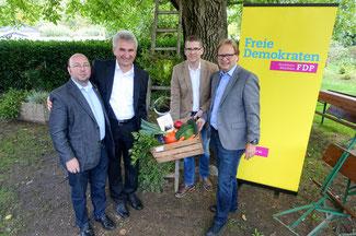 Andreas Pinkwart (2.v.l.) mit den Bundestagskandidaten Andreas Bist (l.), Klaus J. Wagner (r.) und Schwalmtals FDP-Chef Marco Mendorf. Foto: ose Mont / Sroka