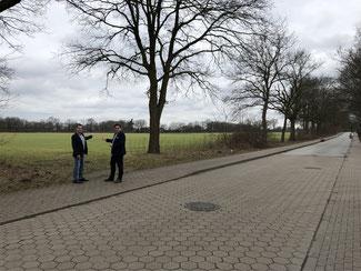 Christian Görtz und Sven Wojtkowiak vor dem zukünftigen Baugebiet