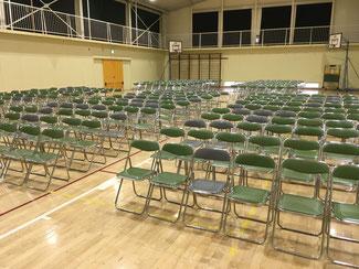 皆で協力して350席をきれいに並べました。お疲れ様!