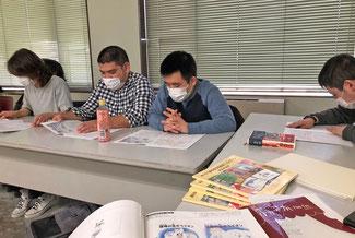 絵本読み合わせの様子 左から リサ子さん 茶さん 寛平さん 工事さん