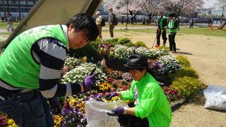 ボランティアに励むショージさんと恵美さん 緑のボランティアカラーがお似合いです。