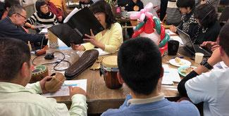 「桜まつりと鬼だいこ」読み合わせの様子 中央が本文朗読の「ぷかぷか」鈴木さん