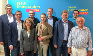 v.l.n.r.: Roland Zitzmann, Steffen Kluth, Viola Noack, Marcel Distl, Stefanie Knecht, Wolfgang Vogt, Kai Buschmann, Dr. Wolf Hirschmann, Hanspeter Gramespacher. (Foto: Vogt)