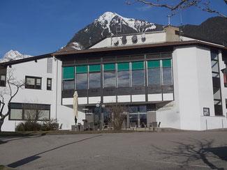 Bild von der Vereinshausbar Dorf Tirol. Darüber noch ein Teil der Mutspitze