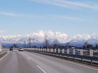 北陸自動車道から見える山岳風景