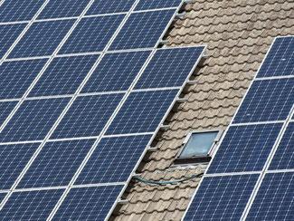 Lohnt sich das produzieren von Solarstrom auf dem eigenen Hausdach noch? Ja, sagen Experten. Wenn möglichst viel davon selbst verbraucht wird. Foto: Tobias Kleinschmidt
