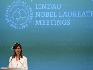 Die Präsidentin des Kuratoriums für die Tagungen spricht bei der Eröffnung. Foto: Felix Kästle