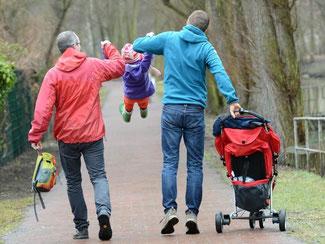 Ein homosexuelles Paar mit seinen beiden Kindern bei einem Familienausflug in Berlin. Foto: Jens Kalaene/Archiv