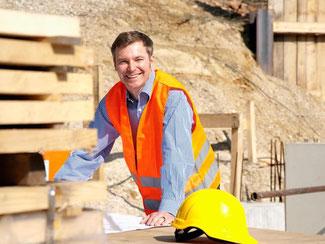 Ein Baubegleiter überprüft die einzelnen Arbeitsschritte und kann so Baumängel vermeiden. Außerdem koordiniert er den Terminablauf und checkt die Rechnungen. Foto: Beyond