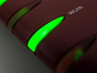 Alles in Ordnung, signalisiert die Status-LED: Internet per WLAN ist für viele Menschen inzwischen so wichtig wie Strom und fließend Wasser. Foto: Andrea Warnecke