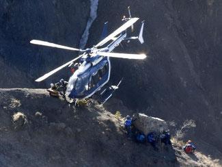 Bisher sind die Ermittler und Bergungskräfte auf Hubschrauber angewiesen um in das unwegige Gebiet zu gelangen. Foto: Yoan Valat