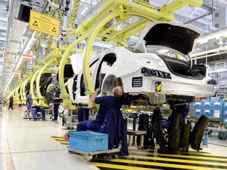 Fertigung im Mercedes-Benz-Werk in Sindelfingen: Der deutsche Konjunkturmotor ist zum Jahresauftakt etwas ins Stottern geraten. Foto: Bernd Weißbrod/Archiv