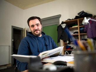 Student Andres Plieninger mit einem Psychologiebuch in der Hand. Plieninger studiert Psychologie an der Eberhard Karls Universität Tübingen - ohne Abitur gemacht zu haben. Foto: Daniel Naupold