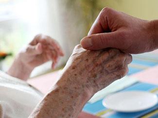 Arbeitnehmer, die kurzfristig eine Pflege für Angehörige organisieren müssen, sollen ab Januar 2015 eine bezahlte Auszeit von zehn Tagen nehmen können. Foto: Oliver Berg