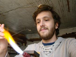 Clément Guérinaud travaillant le verre au chalumeau
