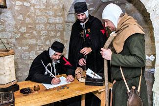 Le trésorier Gauvin et le sergent Joselin accueille un pèlerin préparant son départ pour Jérusalem. Temple de Paris