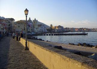 Ischia Ponte, eines der Vorbilder für das fiktive Küstenstädtchen Mongibello am Fuße des Ätna. [Quelle: filmtourismus.de, © Andrea David]