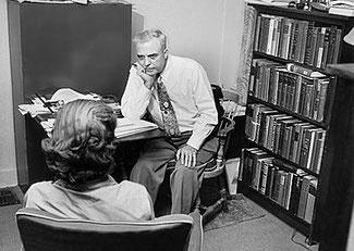 Milton Erickson psychiatre utilisant l'hypnose en consultation dans les années 50