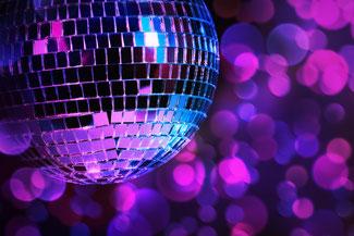 Disco-Kugel spiegelt  blaue und violette Farbtöne