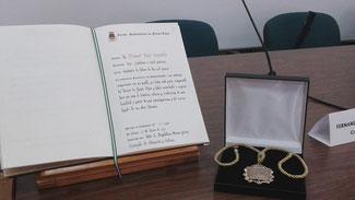 Medalla de oro y libro de distinciones