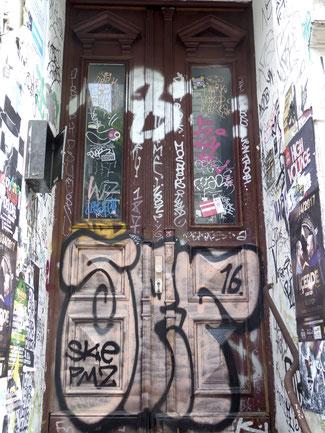 Bild: Gesprayter Hauseingang in dem Schanzenviertel