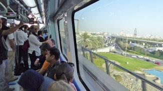 Bild: Zur Bootsfahrt auf dem Creek mit der hochmodernen Metro in Dubai