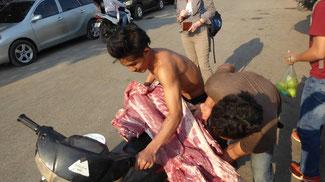 Bild: Schweinefleisch wird auf dem Motorrad befördert