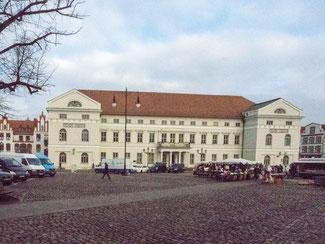 Bild: Das Rathaus mit dem großen Marktplatz in Wismar