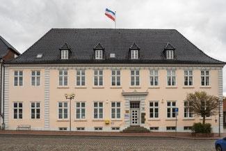 Bild: Foto der ehem. Kommandantur, heute Geschäftshaus. Hier starb am 13. März 1808 der dänische König Christian VII.