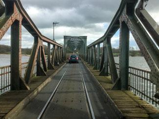 Bild: Die Straßen- und Eisenbahnklappbrücke Lindaunisbrücke in Schleswig-Holstein.