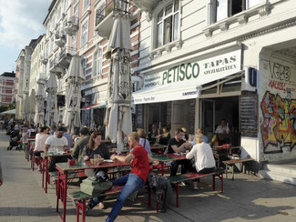 Bild: Straßenrestaurants im Schulterblatt gegenüber der Roten Flora im Schanzenviertel