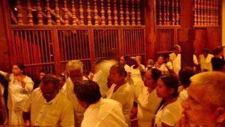 Bild: Tausende von Pilgern strömen in den Tempel, um den Zahn des Buddhas zu sehen.
