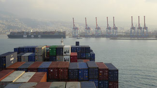 Bild: Containerwechsel in Beirut mit der MSC Plaoma