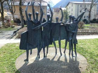 Bild: Die Skulpturengruppe vor der Hofgarten-Stadthalle in Immenstadt vom Künstler Theodor Bechteler
