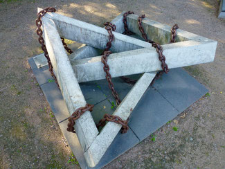 Gleichschenklige Dreiecke sollen Bezug auf die Kennzeichnung der KZ Häftlinge geben